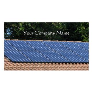 Los paneles solares en un tejado de la casa tarjetas de visita