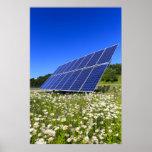 Los paneles solares y prado verde poster