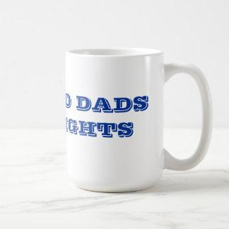 Los papás divorciados tienen derechas taza de café