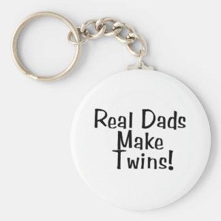Los papás reales hacen a gemelos llavero redondo tipo pin