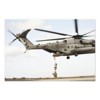 Los pararescuemen de la fuerza aérea conducen un fotografías