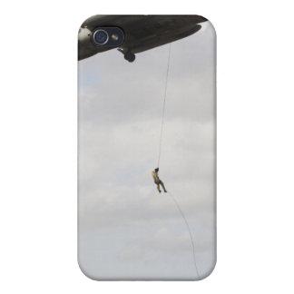 Los pararescuemen de la fuerza aérea conducen un iPhone 4 fundas