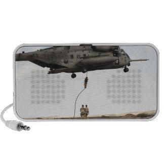 Los pararescuemen de la fuerza aérea conducen un p laptop altavoz