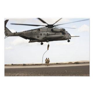 Los pararescuemen de la fuerza aérea conducen un p arte fotografico