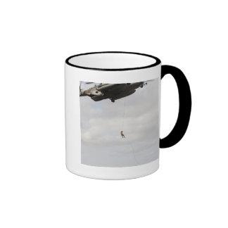 Los pararescuemen de la fuerza aérea conducen un taza de dos colores