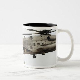 Los pararescuemen de la fuerza aérea conducen un taza de dos tonos