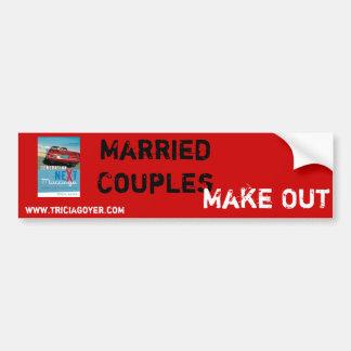 Los pares casados, hacen pegatina para auto