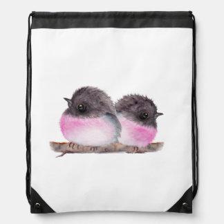 Los pares de pájaros de bebé pican la pintura de mochilas