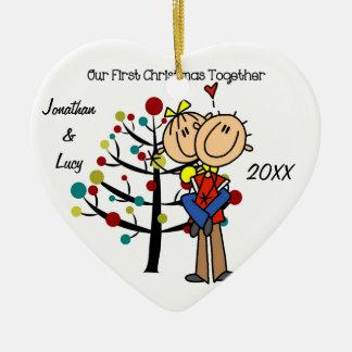 Los pares en el primer navidad del amor juntos adorno navideño de cerámica en forma de corazón
