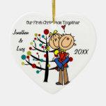 Los pares en el primer navidad del amor juntos adornos de navidad