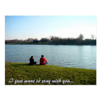 los pares en un riverbank, apenas quiero tarjetas postales