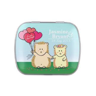 Los pares lindos del erizo con amor hinchan favor latas de caramelos