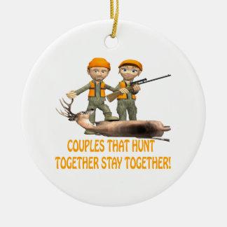 Los pares que cazan juntos permanecen juntos adorno navideño redondo de cerámica