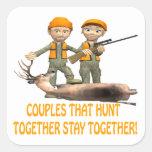 Los pares que cazan juntos permanecen juntos calcomania cuadradas personalizadas
