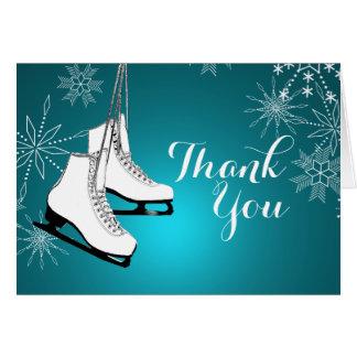 Los patines y los copos de nieve de hielo le tarjeta pequeña