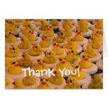 Los patos de goma amarillos lindos le agradecen ca tarjeta
