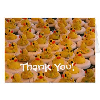 Los patos de goma amarillos lindos le agradecen ca tarjeta pequeña