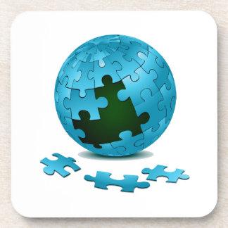 los pedazos azules del globo del rompecabezas caen apoyavasos