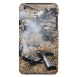 Los pedazos de armas enemigas presentan para cubierta para iPod de barely there
