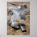 Los pedazos de armas enemigas presentan para póster