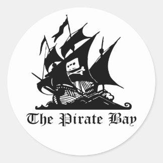 Los pegatinas de la bahía del pirata pegatina redonda