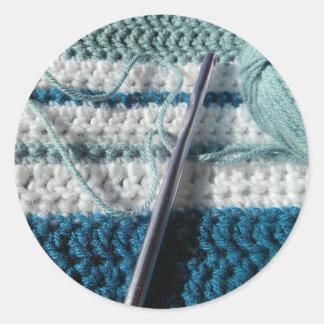 Los pegatinas del ganchillo azules y el blanco pegatina redonda