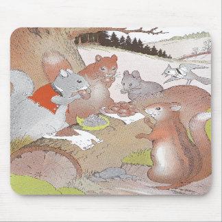Los pequeños animales del arbolado comparten un ba alfombrilla de raton