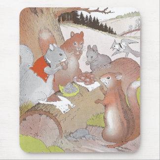 Los pequeños animales del arbolado comparten un alfombrilla de ratón