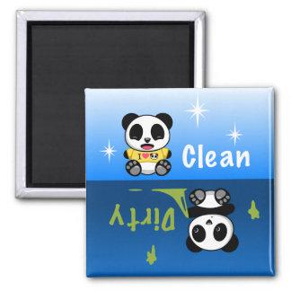Los pequeños panda lindos limpian sucio imán cuadrado