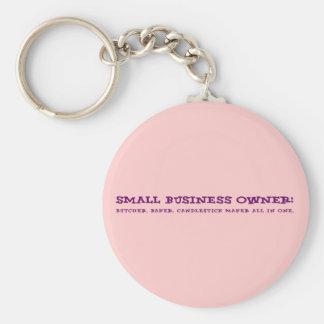 Los pequeños propietarios de negocio hacen todo llavero redondo tipo pin