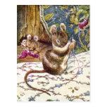 Los pequeños ratones están ocupados costura tarjetas postales
