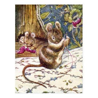 Los pequeños ratones están ocupados costura postal
