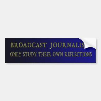 Los periodistas de la difusión estudian solamente pegatina para auto