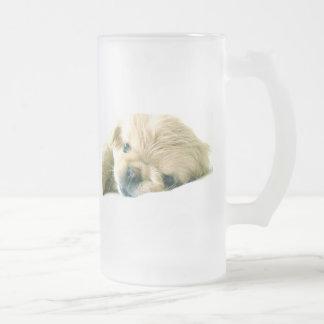 Los perritos de Pekingese helaron la taza de cerve