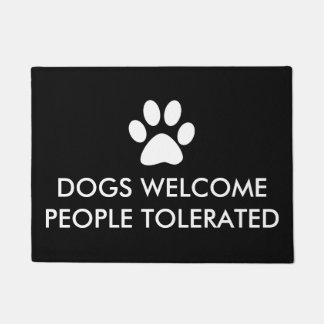 Los perros acogen con satisfacción a la gente felpudo