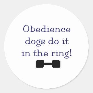 Los perros de la obediencia lo hacen en el anillo pegatina redonda