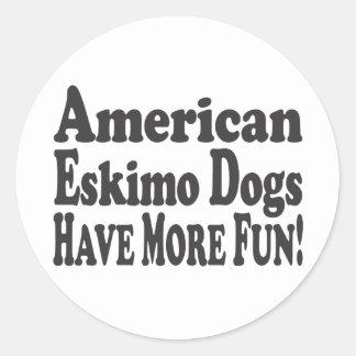 ¡Los perros esquimales americanos se divierten más Etiqueta