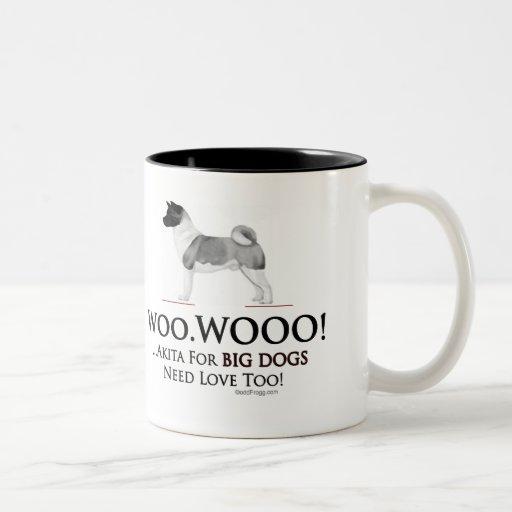 Los perros grandes de Akita necesitan la taza del