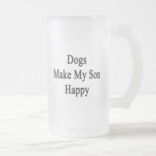 Los perros hacen a mi hijo feliz taza de cristal