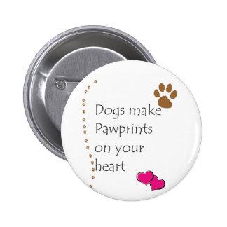 Los perros hacen pawprints en su corazón pin redondo de 2 pulgadas