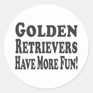¡Los perros perdigueros de oro se divierten más Etiquetas Redondas
