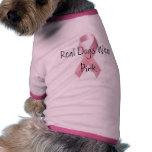 Los perros reales llevan rosa camisas de mascota
