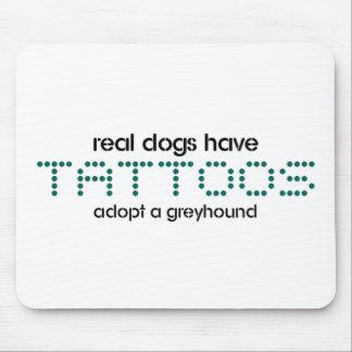 Los perros reales tienen tatuajes alfombrilla de raton