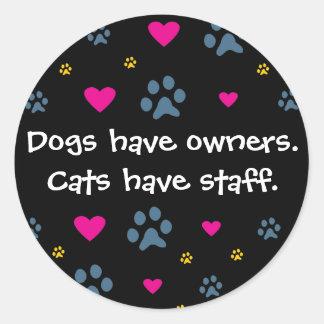 Los perros tienen Dueño-Gatos tener el personal Pegatina Redonda