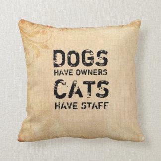 Los perros tienen dueños, gatos tienen el personal cojín