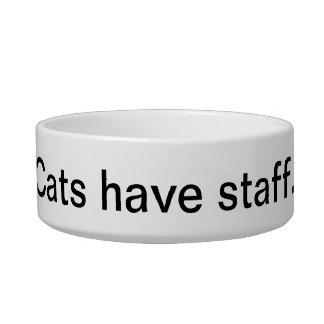 Los perros tienen gatos de los amos… tener el pers comedero para mascota