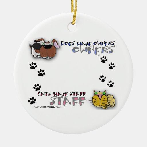 Los perros tienen gatos de los dueños tener el adorno redondo de cerámica