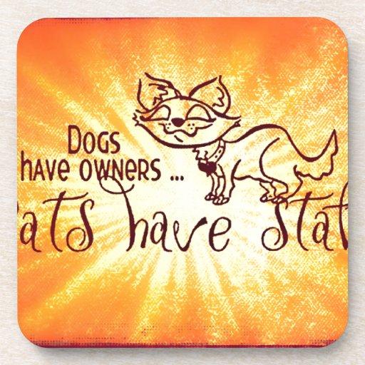 Los perros tienen gatos de los dueños tener el per posavasos de bebidas