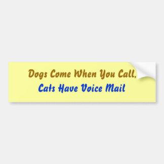 Los perros vienen… etiqueta de parachoque