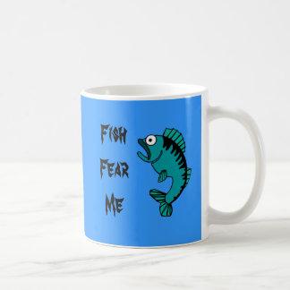 Los pescados bajos asustados me temen tazas